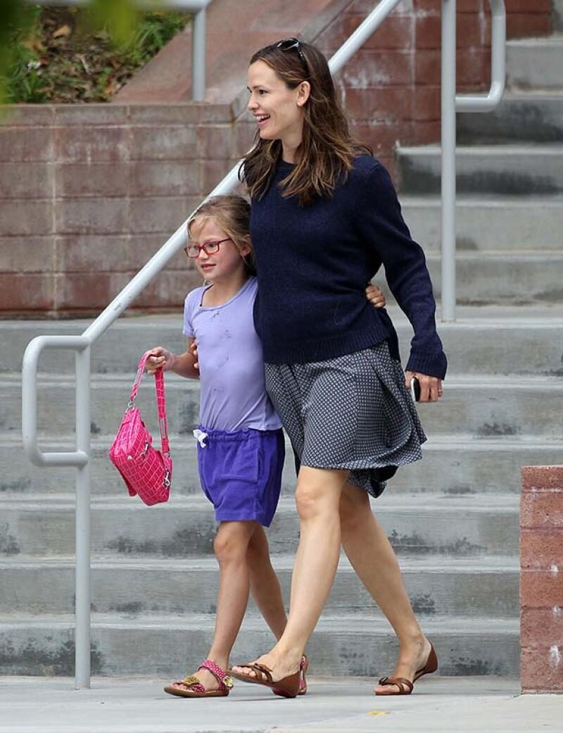 La esposa del ganador del Oscar, Ben Affleck con quien  tiene tres hijos lució un sueter holgado que podría estar escondiendo un nuevo bebé en camino.
