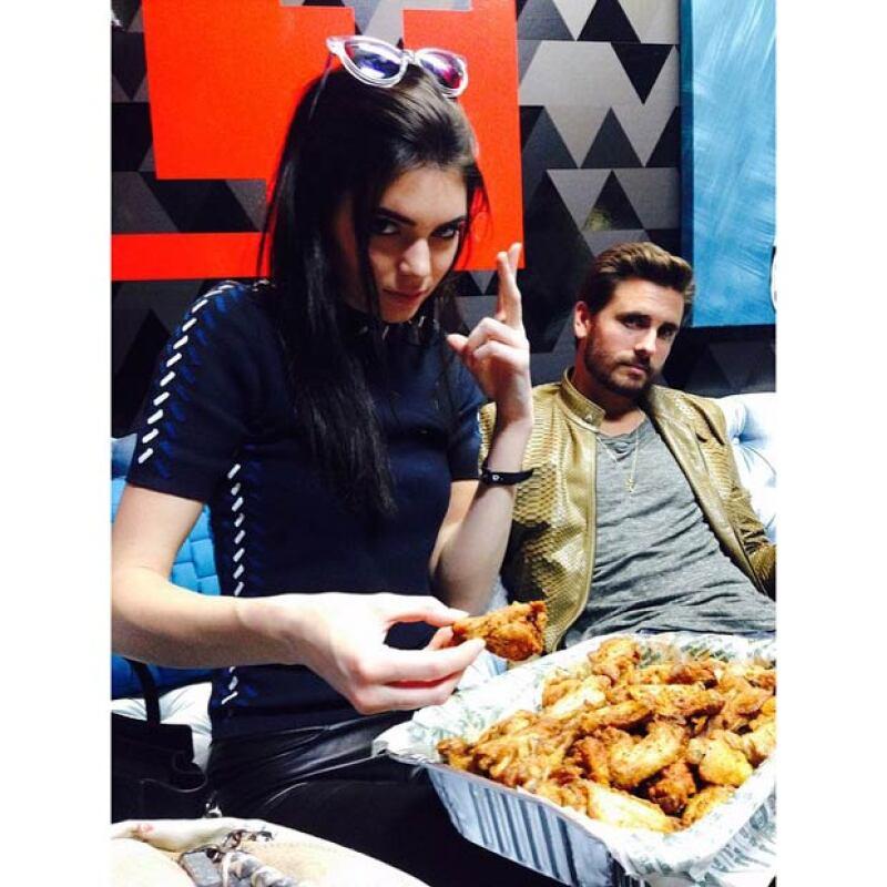 Una de las fotografias más cómicas de Kendall, en especial por mostrar su gran intensidad al comer alitas.