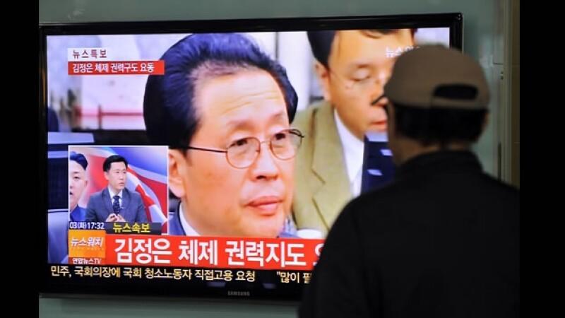 Un hombre ve la noticia en tv, corea del sur