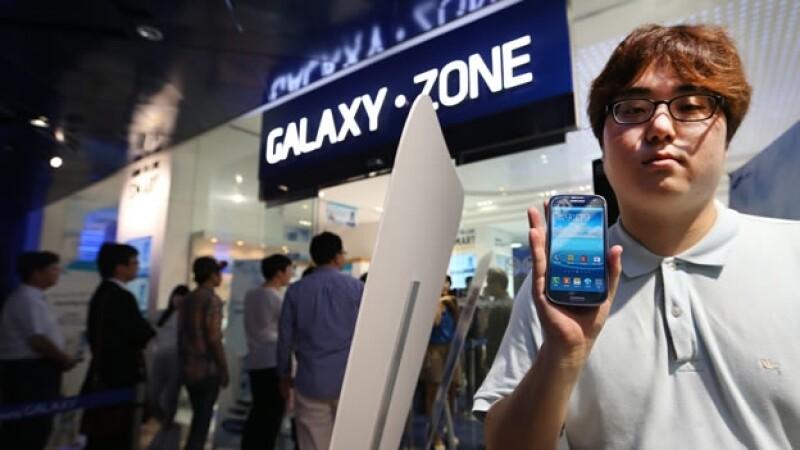 Un cliente exhibe su Galaxy S3