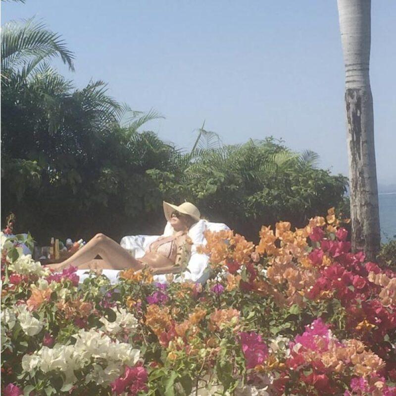 Mostrando un poco del cuerpazo que tiene, la guapa cantante disfruta de unos días de descanso en la playa.