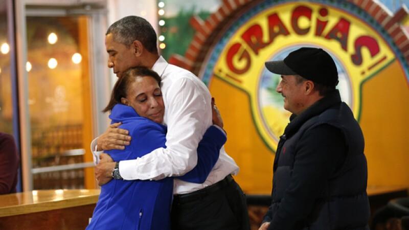 El presidente de Estados Unidos Barack Obama abraza a la dueña de un restaurante mexicano en Nashville, Tennessee