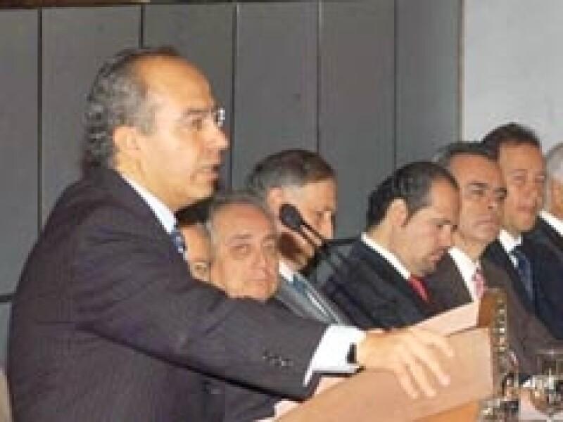 El presidente de México, Felipe Calderón, busca cómo enfrentar la crisis. (Foto: Notimex)