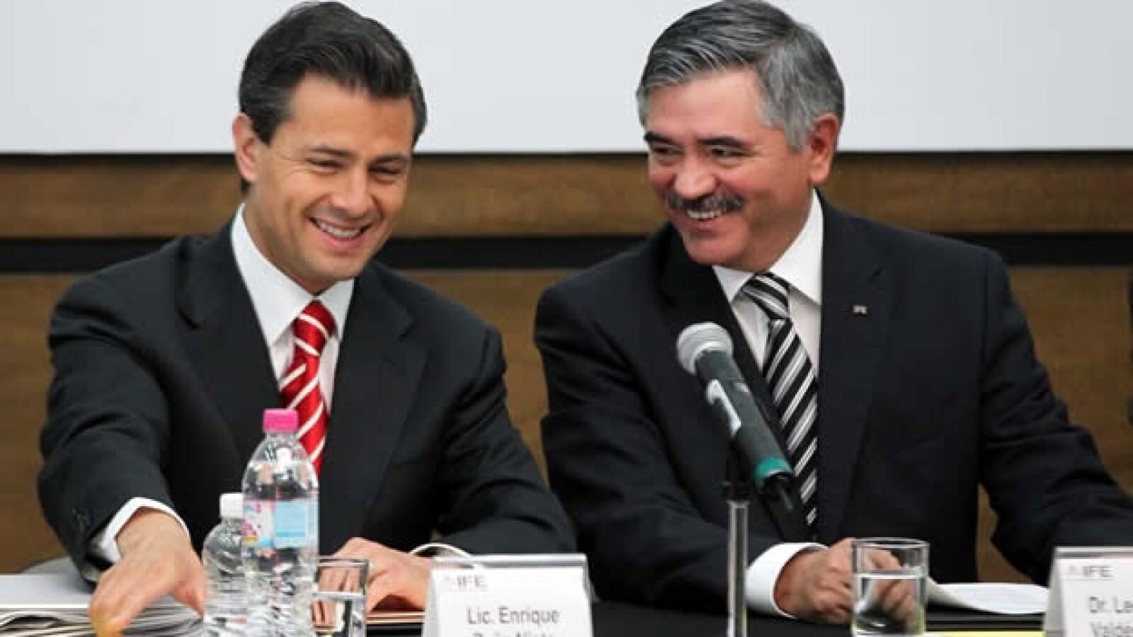Peña Nieto sonríe junto a Leonardo Valdés
