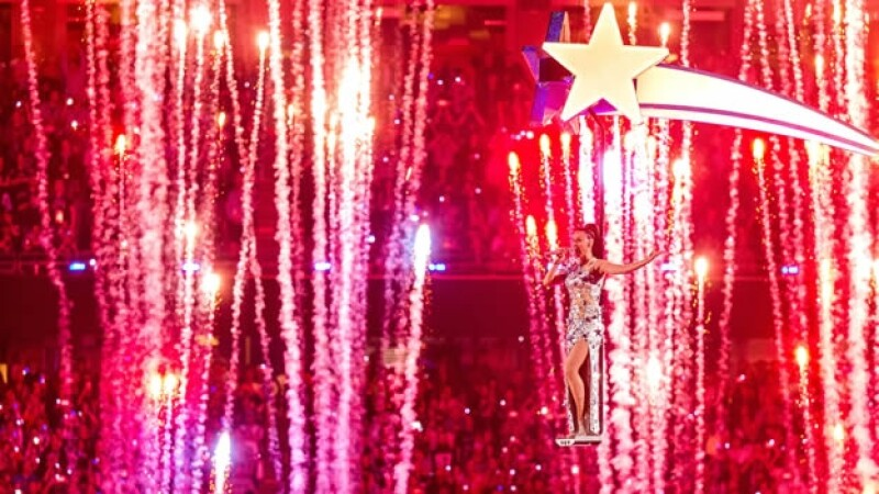 Katy Perry volando en varias estrellas durante el medio tiempo del Super Bowl LXIX, de lo más tuiteado en México el domingo