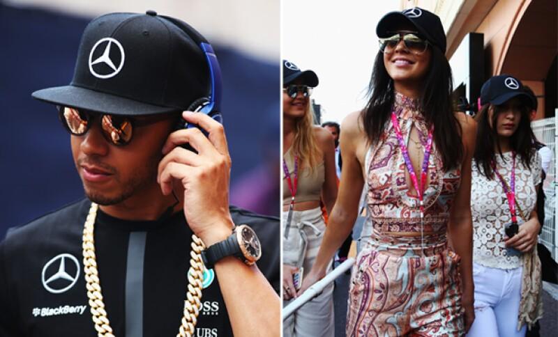 Todo indica que después de la carrera Lewis le prestó su vistosa cadena dorada a la guapa socialité.
