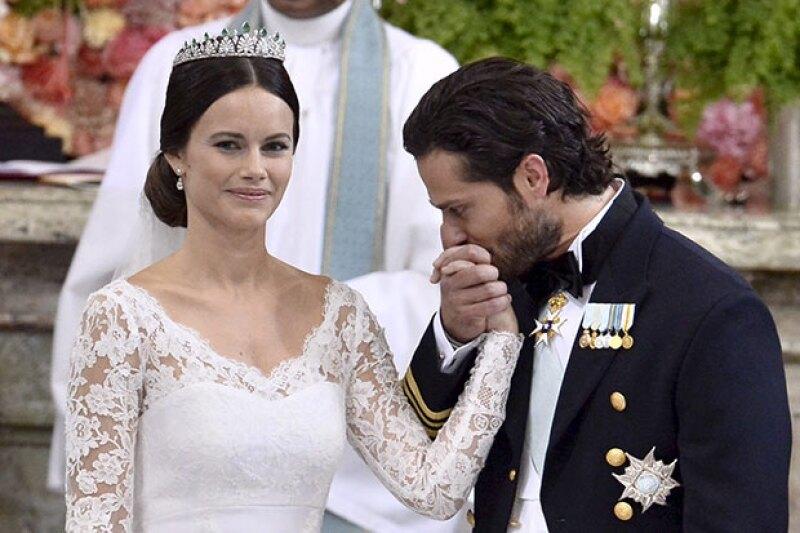 La novia lució un hermoso vestido de encaje y tiara de diamantes y esmeraldas.
