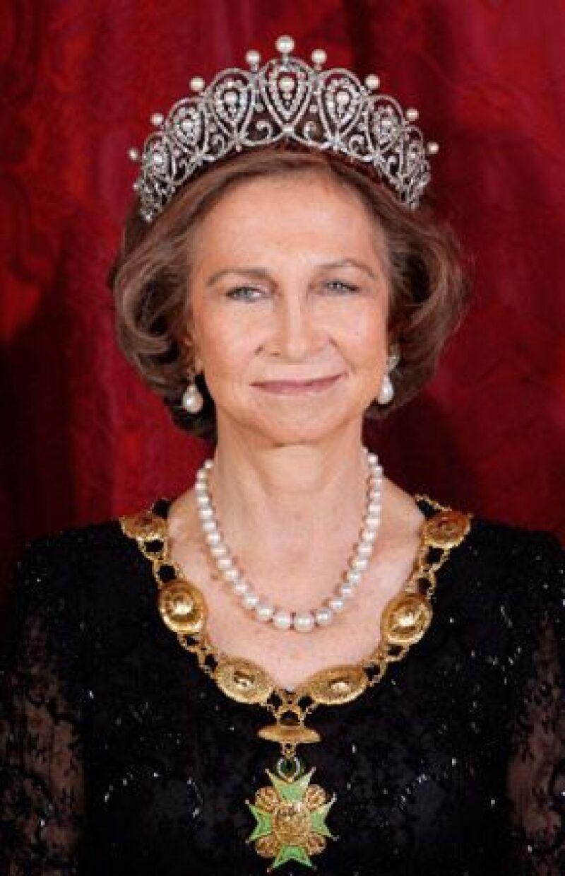 La monarca española revela aspectos de su vida privada y de la familia real en su publicación La Reina Muy de Cerca.