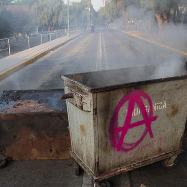 Encapuchados cerraron el tránsito vehicular en Ciudad Universitaria, a la altura de la Facultad de Filosofía y Letras.