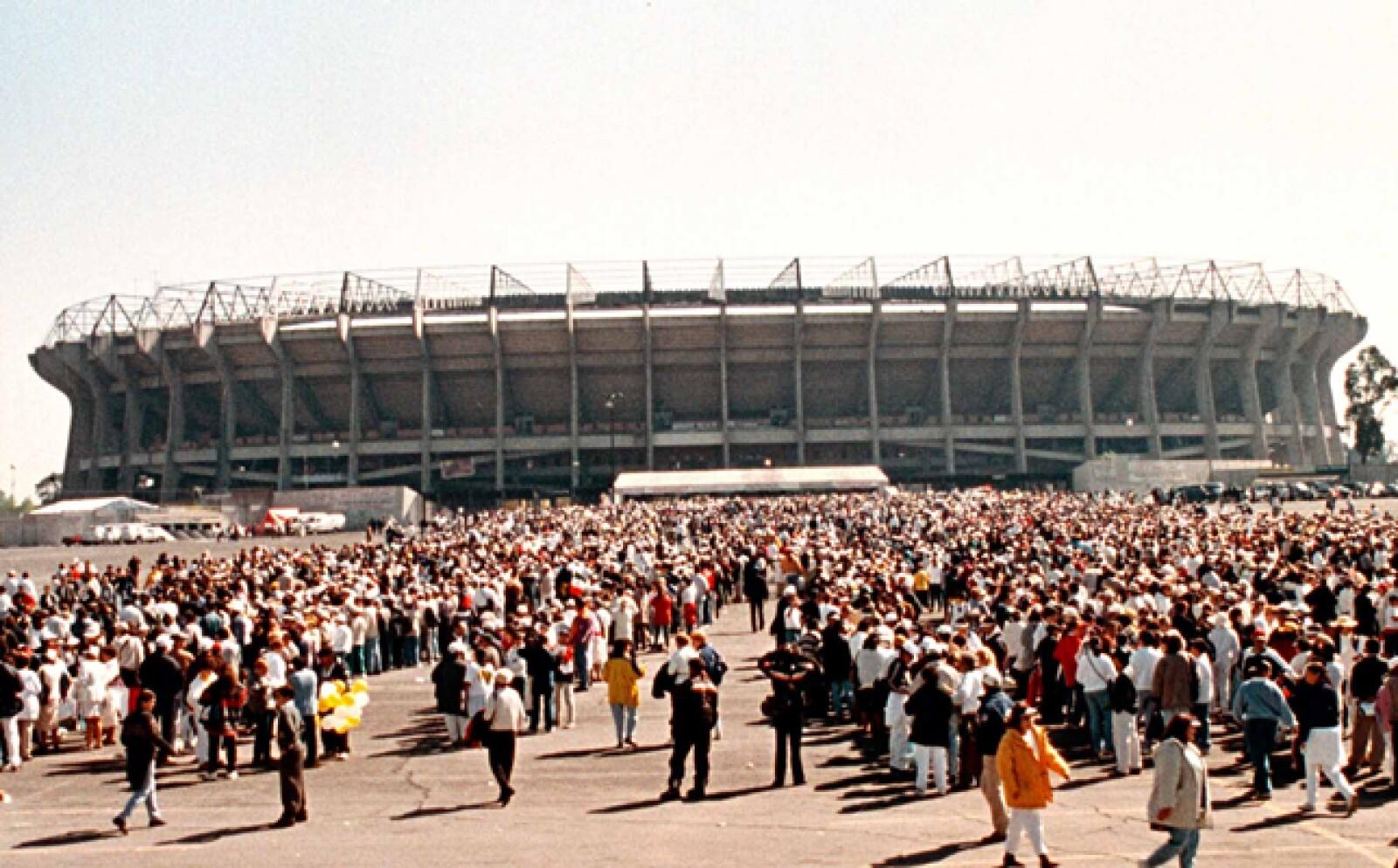 En 1999 tuvo su cuarta visita, tercera a la Ciudad de México en donde reunió a decenas de miles en el Estadio Azteca.