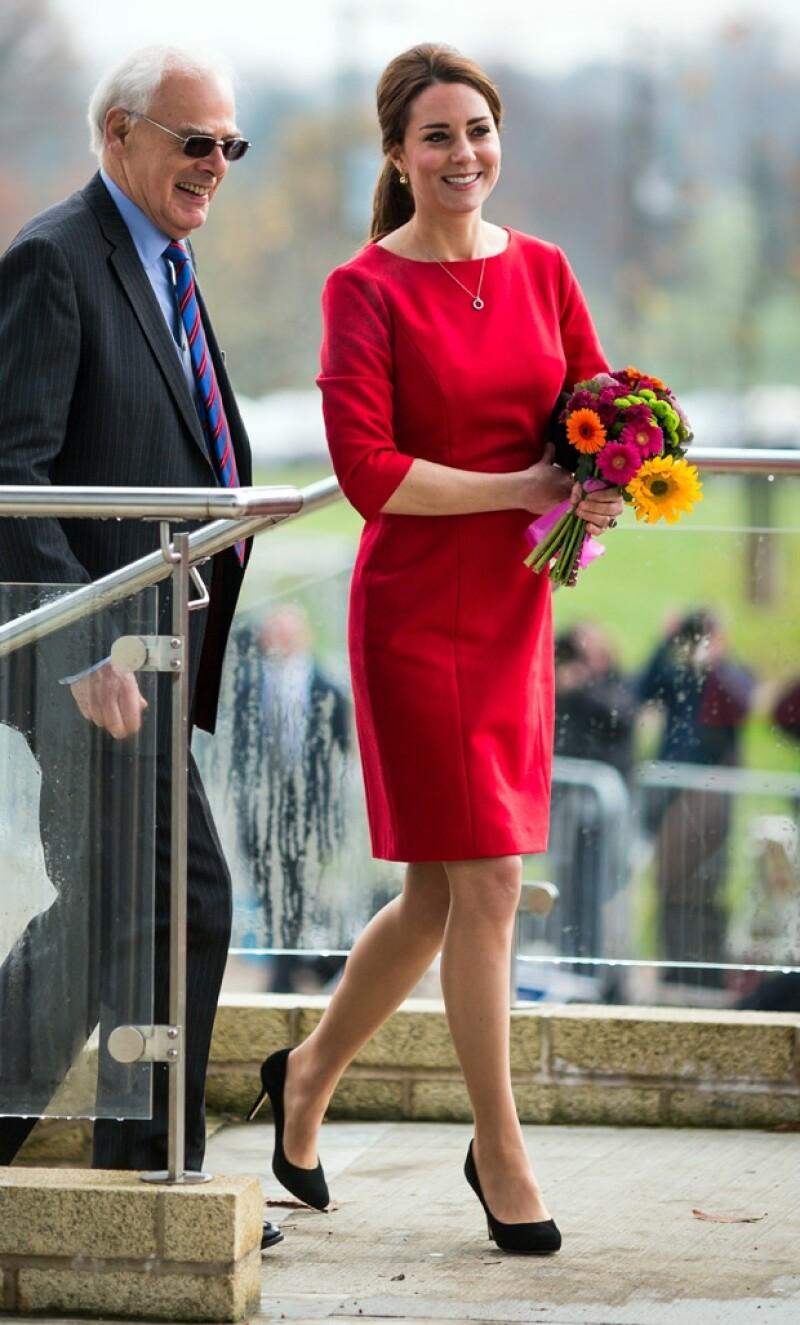 La Duquesa de Cambridge visitó la mañana de este martes un orfanato en Reino Unido, donde vistió un outfit que aplaudió la prensa internacional.