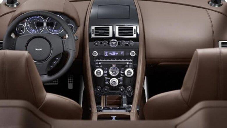 En el volante vienen incluídas tres bocinas cuenta con un sonido Bang & Olufsen con tres bocinas de la marca Bang & Olufsen.