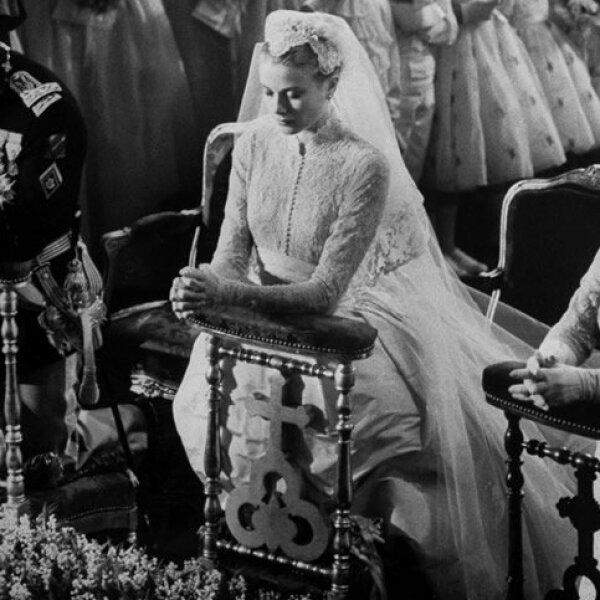 Para la boda con Rainiero, Grace eligió a la diseñadora estadounidense Helen Rose para que hiciera su vestido de novia. Se sabe que uno de los diseñadores favoritos de Charlene es el italiano Giorgio Armani, ¿le pedirá que le haga su vestido?