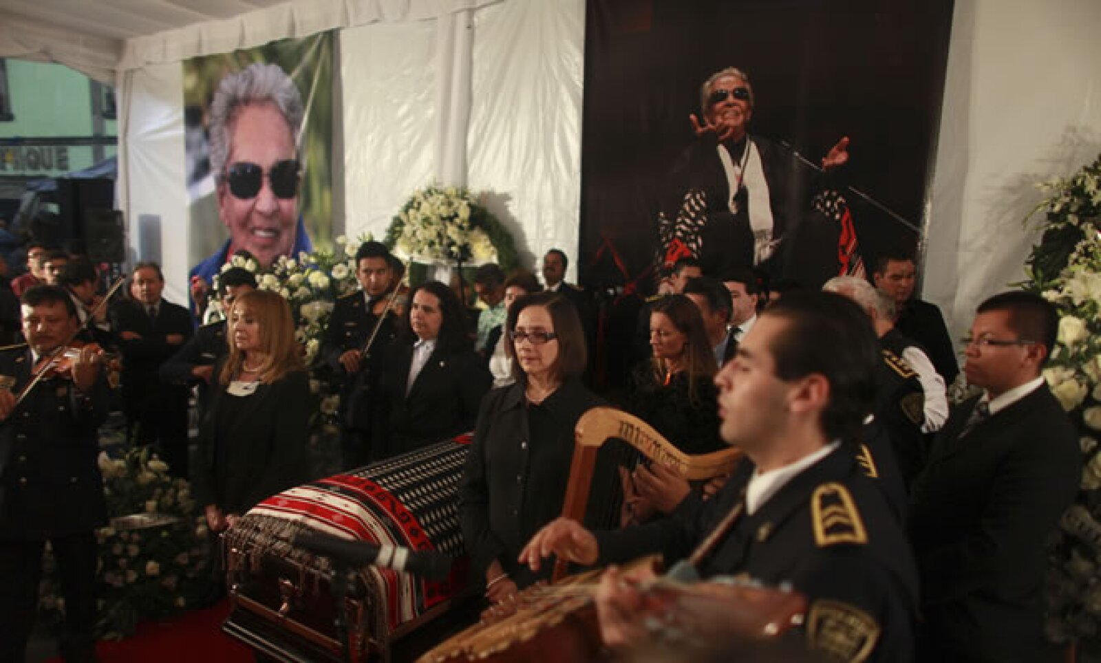 En la Plaza de Garibaldi los mariachis acompañaron el adiós a 'La Chamana'. Pese a la lluvia, sus seguidores corearon las canciones que ella hiciera famosas por su inigualable estilo.