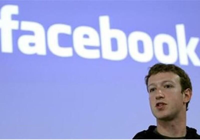 Mark Zuckerberg dijo que seguirán con cambios en el sitio, a pesar de que éstos sean controversiales. (Foto: Reuters)