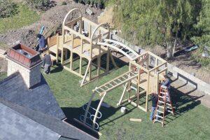 Una construcción de dos plataformas de madera, es lo que North tendrá para jugar.