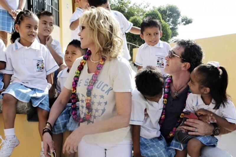 Melanie y Antonio fueron muy cariñosos con los pequeños.