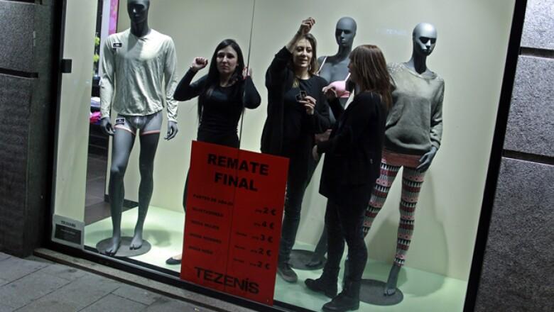 El diario El País publicó que Mariano Rajoy recibió por 11 años pagos por 25,200 euros anuales. Empleadas de una tienda se suman a las manifestaciones en Madrid.