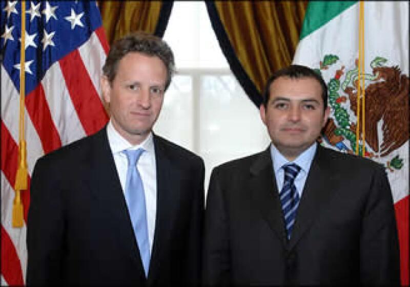 El secretario del Tesoro de EU, Timothy Geithner, y el titular de Hacienda, Ernesto Cordero, durante un encuentro en Washington. (Foto: Notimex)