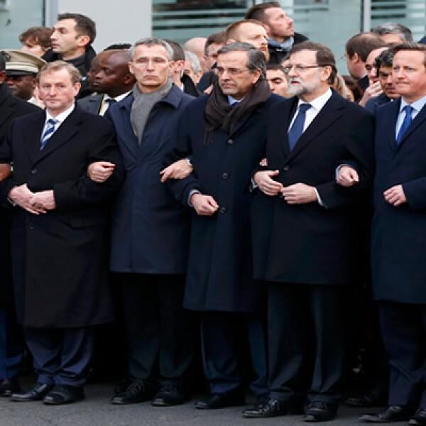 Entre los manifestantes también estuvo Mariano Rajoy (sexto de izquierda a derecha)