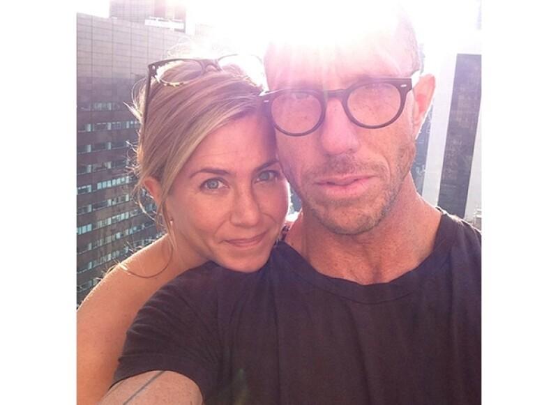 """La actriz de 44 años se puso en manos del profesional Chris McMillan para hacerse un marcado corte de pelo que, aunque muchos calificaron como """"dramático"""", a ella parece encantarle."""