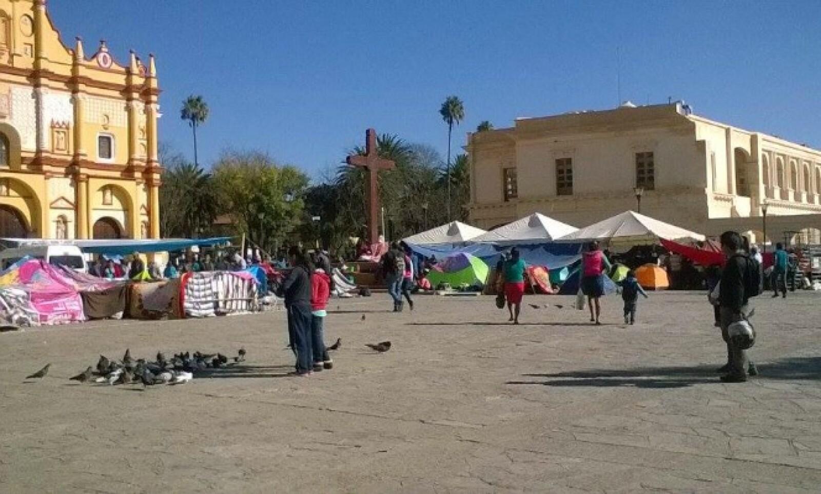 Grupos indígenas y organizaciones campesinas colocaron este domingo casas de campaña en la cabecera municipal de San Cristóbal de las Casas, Chiapas.