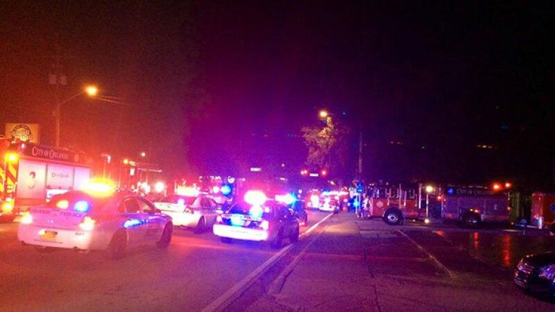 Decenas de heridos tuvieron que ser llevados a los hospitales, según la policía de Orlando; investigan posible atentado terrorista.