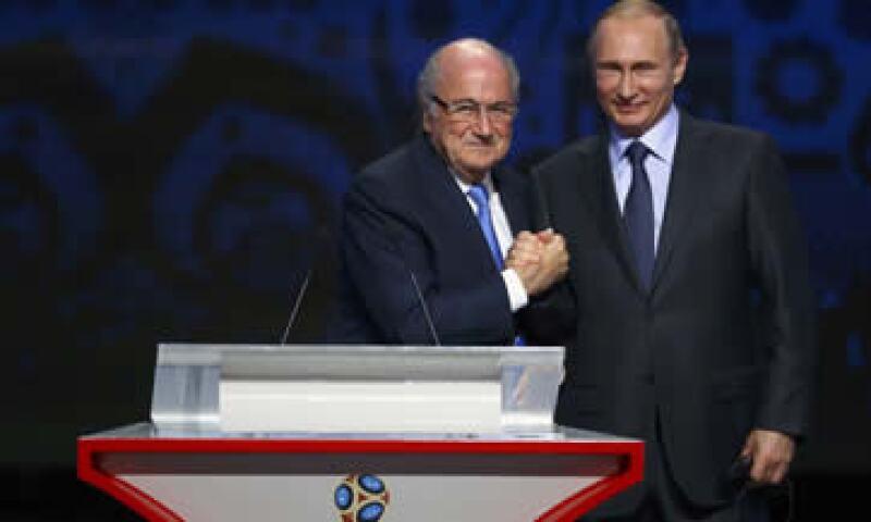 Los abogados reportan al abogado de la FIFA, y no al presidente Joseph Blatter –izq-. (Foto: Reuters )