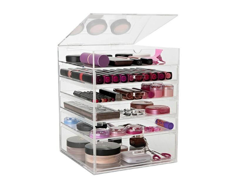Guardar tu maquillaje en una caja en un lugar seco es una buena idea para mantenerlos en buen estado.