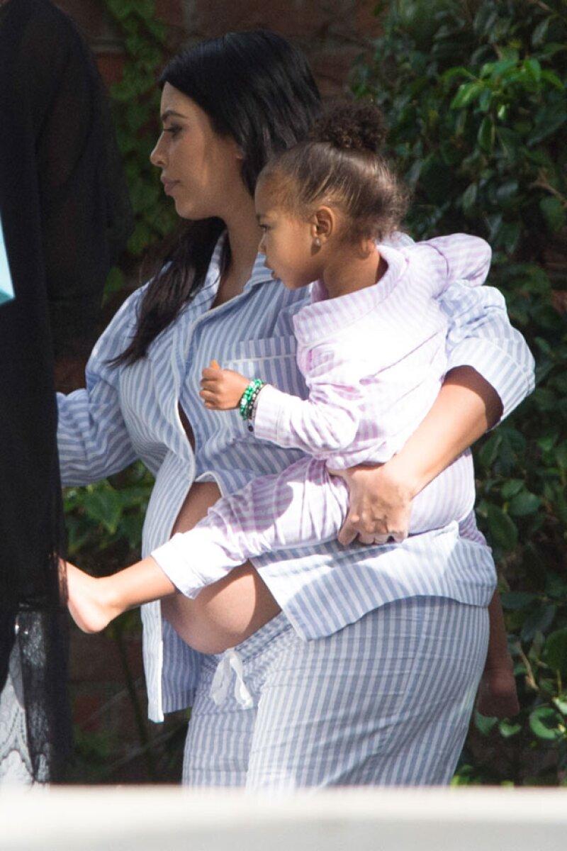 Kim llegó a su fiesta cargando a su hija North, quien también lució las mismas pijamas.