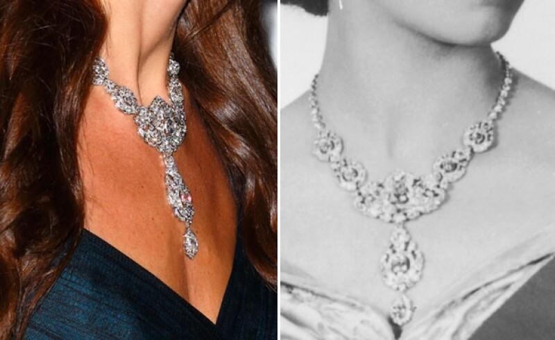 El collar fue usado para una sesión de fotos oficial de la reina Isabel en 1955.