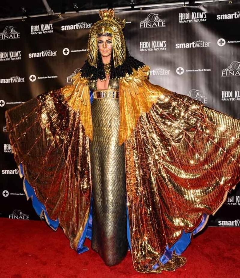 La conductora tuvo que cancelar en octubre su ya tradicional reunión debido al huracán Sandy, pero finalmente la ex modelo se pudo vestir el sábado pasado con su traje de Cleopatra.