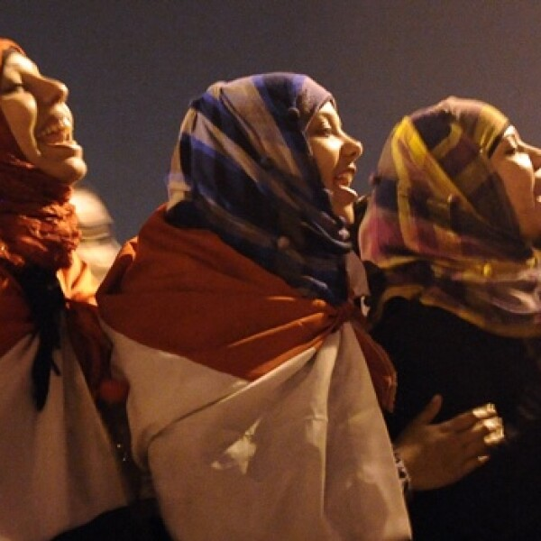 Tres mujeres en la Plaza Tahrir del Cairo