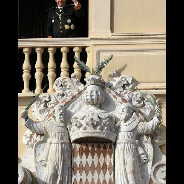El príncipe Alberto II de Mónaco saluda desde una ventana del Palacio de Mónaco durante la ceremonia.