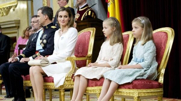 Letizia estuvo al pendiente de sus hijas durante la ceremonia.