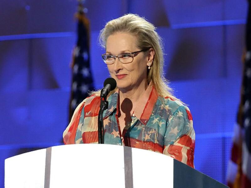 """La ganadora del Óscar hizo noticia al repetir un look de 2009 en la Convención Nacional Demócrata, lo que llevó a un usuario en Twitter a decir: """"El diablo viste de Walmart""""."""