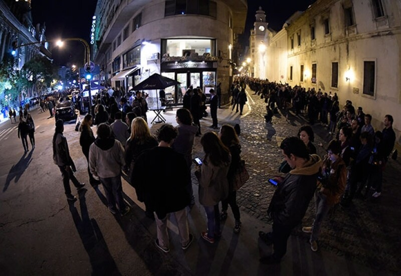 Cientos de personas desfilaban este viernes frente al féretro del músico argentino Gustavo Cerati fallecido a los 55 años tras permanecer cuatro años en coma.