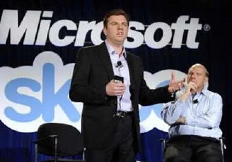 Tony Bates (izquierda) CEO de Skype, a su derecha Steve Ballmer, CEO de Microsoft. (Foto: Reuters)