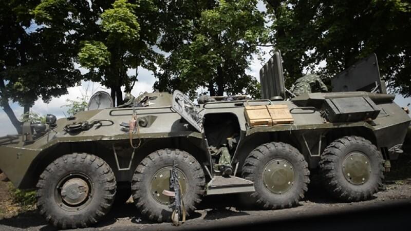 Un par de militares ucranianos esperan indicaciones en la ciudad de Slavyansk este jueves, en medio de tensiones con Rusia