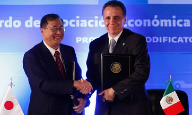 Bruno Ferrari, secretario de Economía firmó con el Embajador nipón en México, Shuichiro Megata, la ampliación del acuerdo comercial entre México y Japón. (Foto: Cortesía Secretaria de Economía)