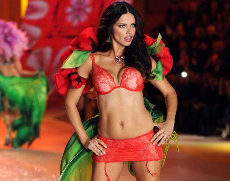 Adriana Lima tiene la belleza natural y buena genética característica de las brasileñas.