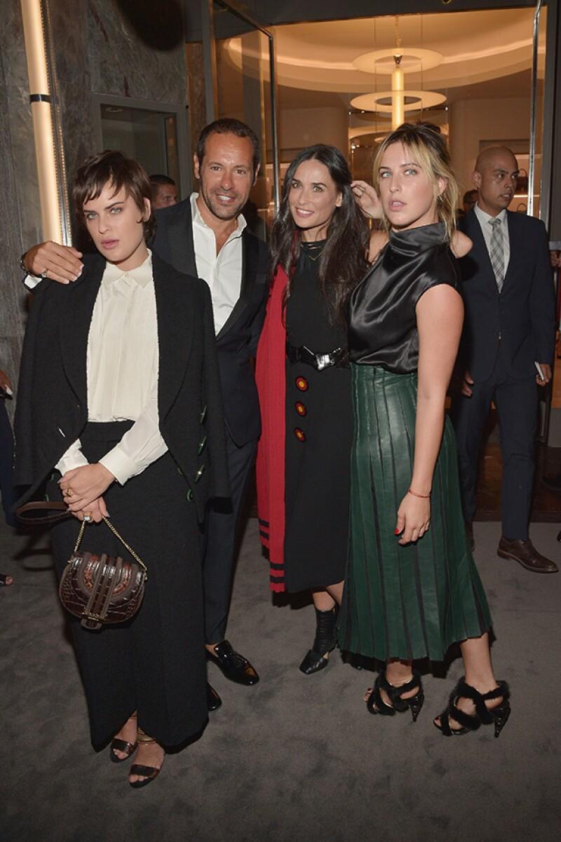 La actriz y sus hijas posaron junto a Massimiliano Giornetti, director creativo de la marca italiana.