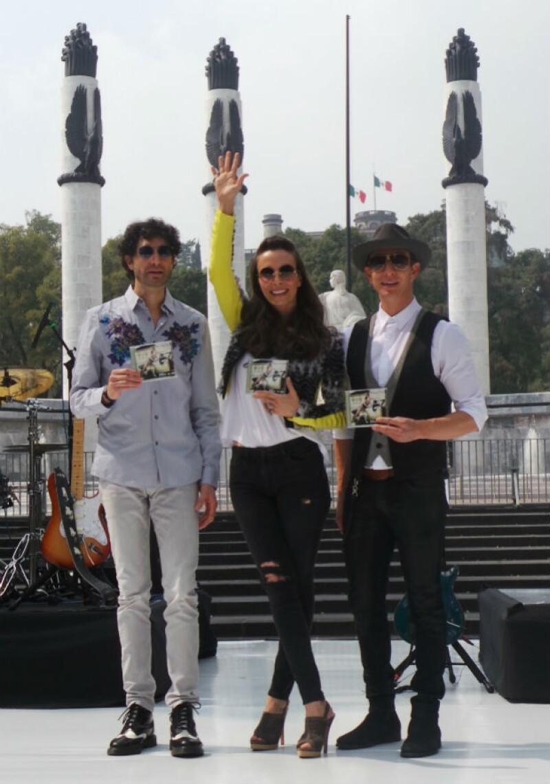 Sasha, Benny y Erik frente al Monumento a los Niños Héroes con su nuevo disco en mano.