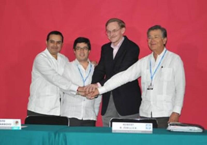 De izquierda a derecha: Ernesto Cordero, titular de Hacienda, Luis Alberto Moreno, presidente del BID, Robert B. Zoellick, presidente del BM y Héctor Rangel Domene, director general de Bancomext. (Foto: Cortesía SHCP)