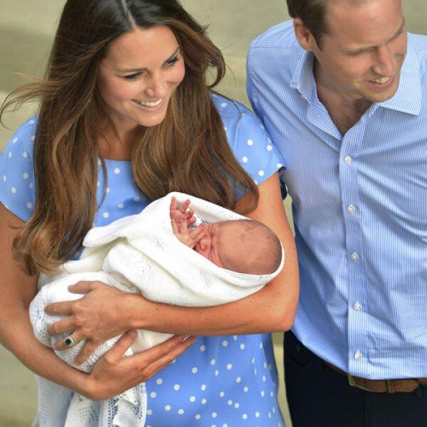 La pareja se dirigió al palacio de Kensington donde se quedarán un corto periodo de tiempo para después pasar las próximas semanas con los padres de Kate.