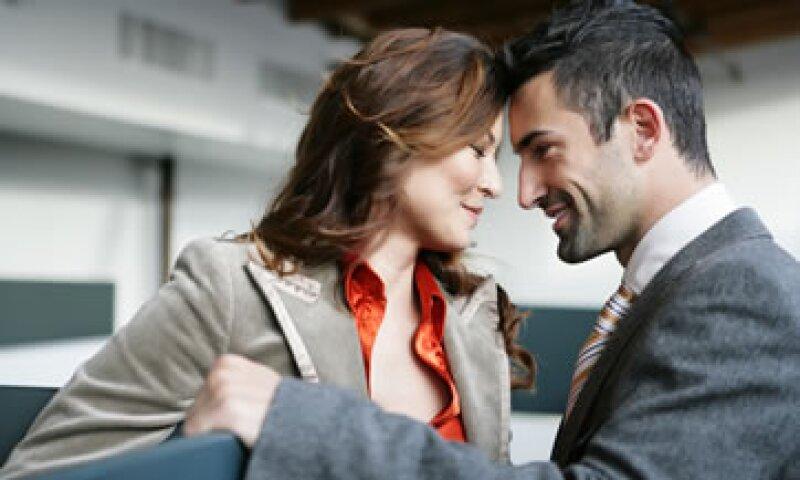 Sólo 17% de las personas que entablaron una relación lo quisieron hacer público en su trabajo. (Foto: Photos to Go)