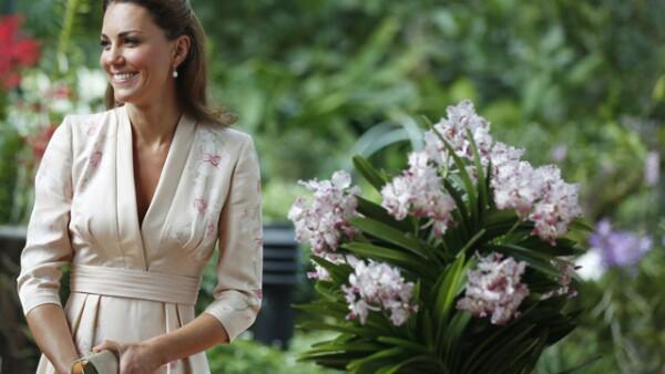 Para el primer día de su visita, Kate eligió un vestido estilo kimono en color rosa pálido de Jenny Packham.