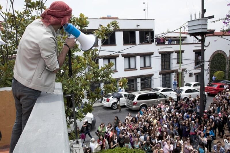 Omar saludó desde arriba a los que se encontraban afuera.