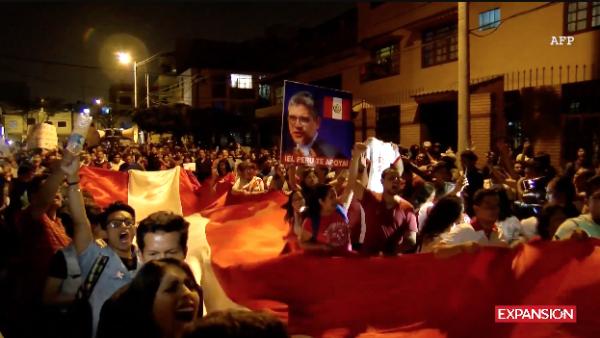 Peruanos protestan por el cese de dos investigadores del caso Odebrecht