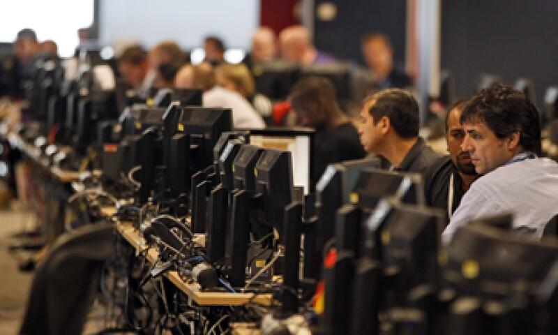 El problema comenzó cuando ciberintrusos internacionales pusieron un aviso engañoso en línea para tomar control de más de 570,000 computadoras infectadas en el mundo. (Foto: AP)